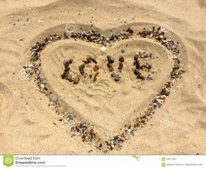 figuras-del-amor-y-del-corazón-en-una-arena